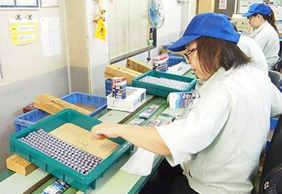 乾電池シュリンクパックの製造・検査・梱包・出荷イメージ